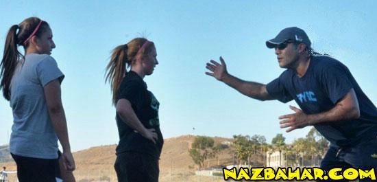 عابدزاده در حال آموزش دروازه بانی به دختران آمریکایی