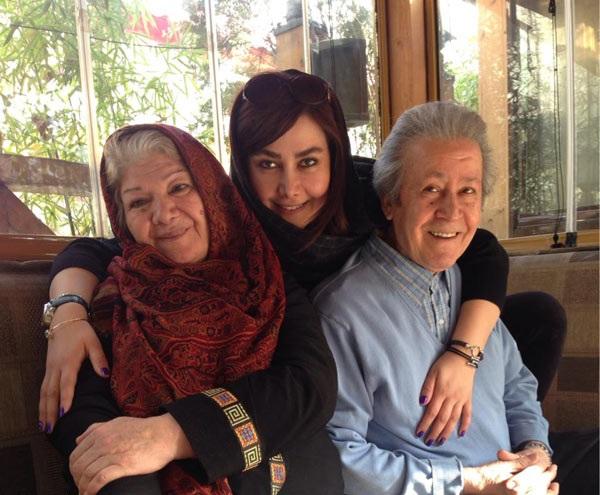 عکس جدید آنا نعمتی در آغوش پدر و مادرش