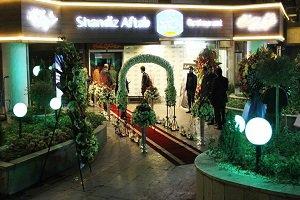 عکس قلعه نویی و مجتبی کبیری در رستوران شاندیز آفتاب