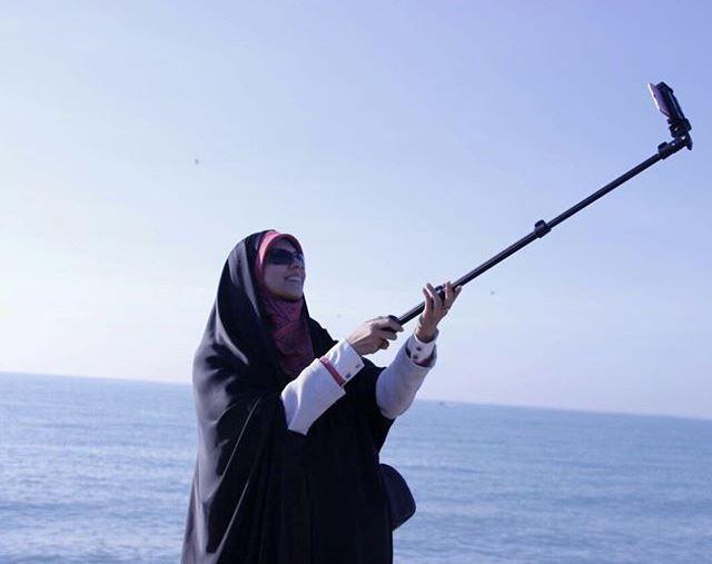 عکس مژده لواسانی در حال سلفی انداختن در کنار دریا