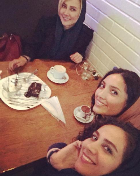 آنا نعمتی و 2 عکس جدیدش در کافی شاپ در کنار دوستانش