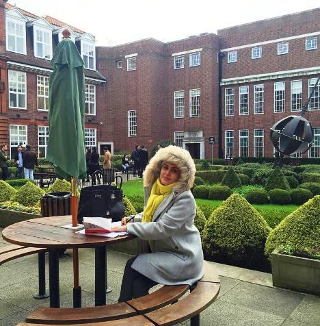الناز شاکردوست و عکس جدیدش در لندن در حیاط دانشگاه