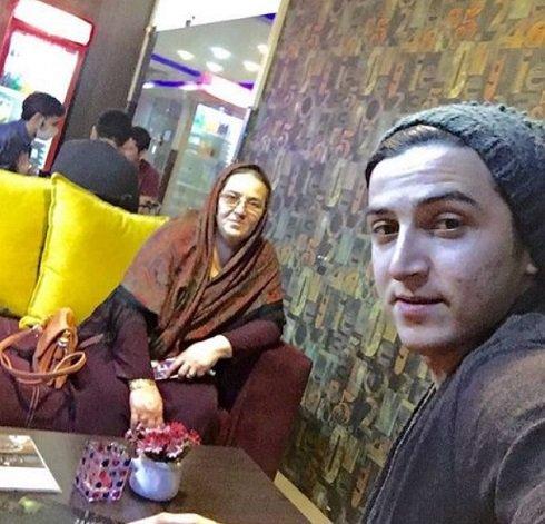 سردار آزمون و عکس سلفی اش با مادرش
