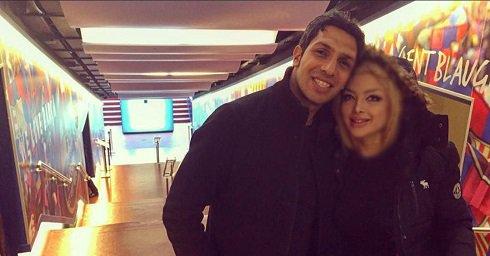عکس سپهر حیدری با همسرش در راهروی بارسلون