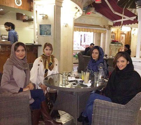 عکس جدید پریناز ایزدیار به همراه دوستانش در کافه