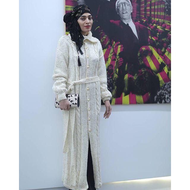 تیپ و لباس متفاوت اندیشه فولادوند در افتتاح گالری